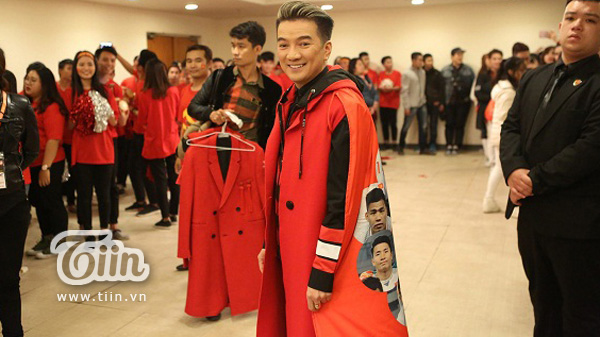 Đàm Vĩnh Hưng diện áo choàng in hình ĐT U23 Việt Nam trong đêm vinh danh 0