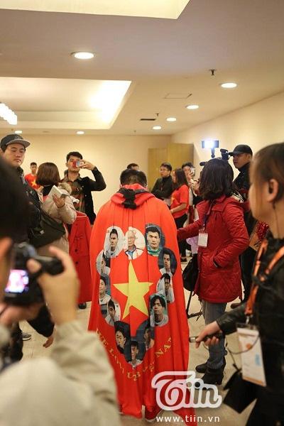 Cận cảnh chiếc áo in hình các tuyển thủ đội bóng U23 Việt Nam được Đàm Vĩnh Hưng diện trong đêm Gala.