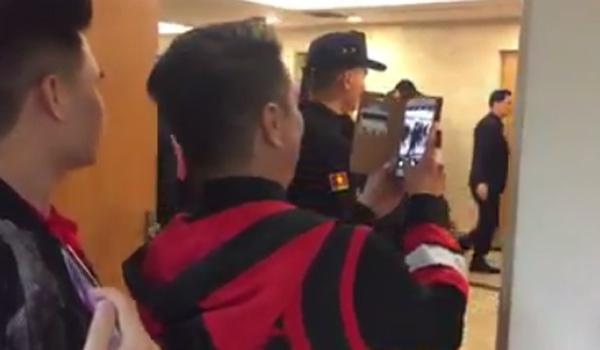 Đàm Vĩnh Hưng đứng một góc chờ các cầu thủ U23 Việt Nam đi qua