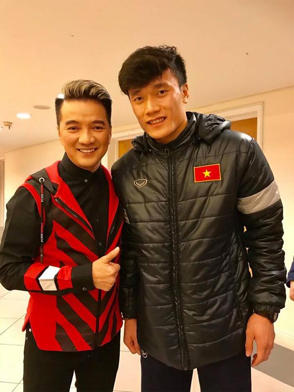Clip: Đàm Vĩnh Hưng là 'fan cuồng' đích thực, 'hôn trộm' lên má Quang Hải cực đáng yêu 1