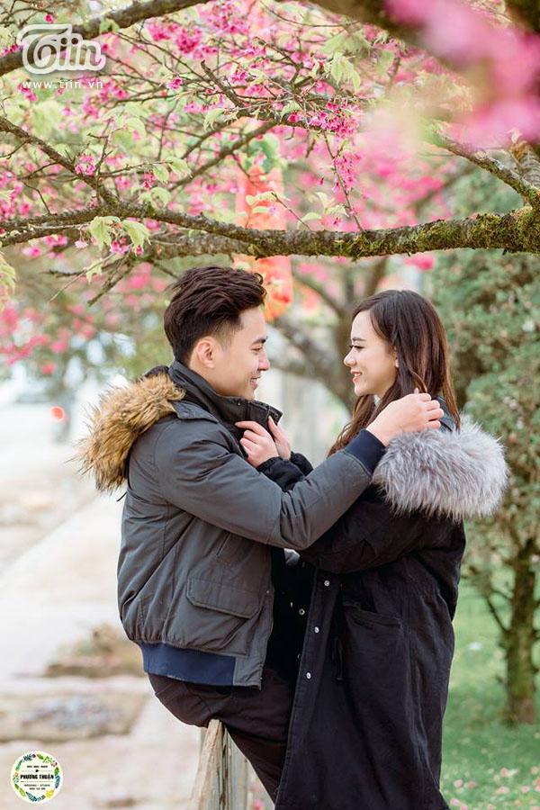 Bộ ảnh chụp với hoa anh đào của cặp đôi.