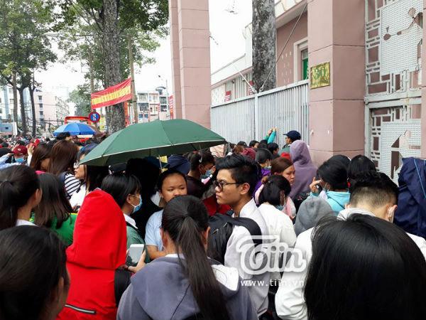 Ngay từ sáng sớm, đã có rất nhiều người hâm mộ đến nơi xếp thành hàng dài với hy vọng có được một tấm vé