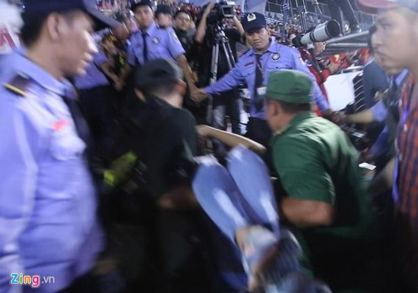 CĐV nữ ngất xỉu khi xem U23 Việt Nam giao lưu trên sân khấu. (Ảnh và clip: Zing.vn)