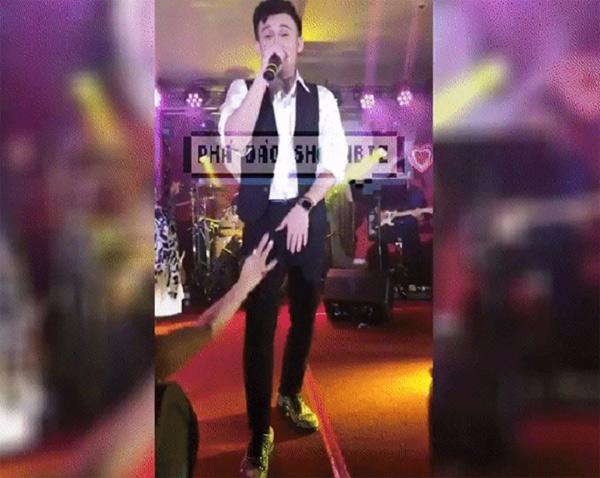 Dương Triệu Vũ bị fan cuồng 'quấy rối' khi đang trình diễn ở Mỹ
