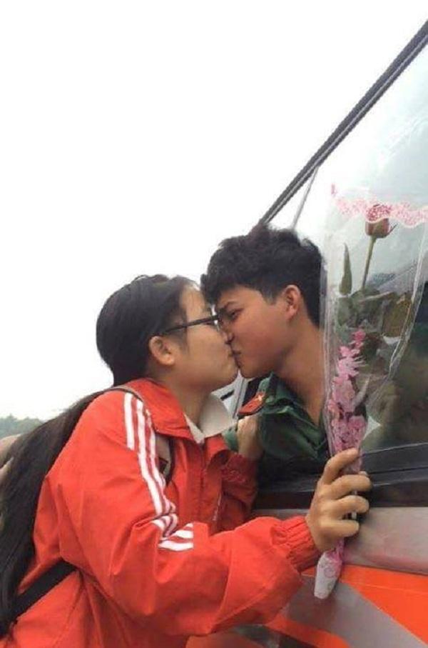 Bạn gái này không ngại đứng cả lên yên xe máy để trao người yêu một nụ hôn cuối.
