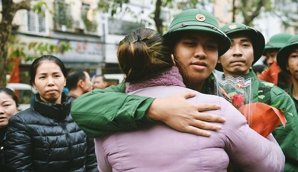 Người vợ ôm chặt chồng trước giờ xe lăn bánh.