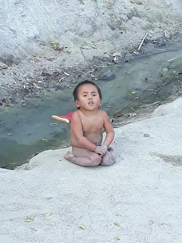 Từ một cô bé tật nguyền không quần áo ngồi chơi trên cát trong giá lạnh...