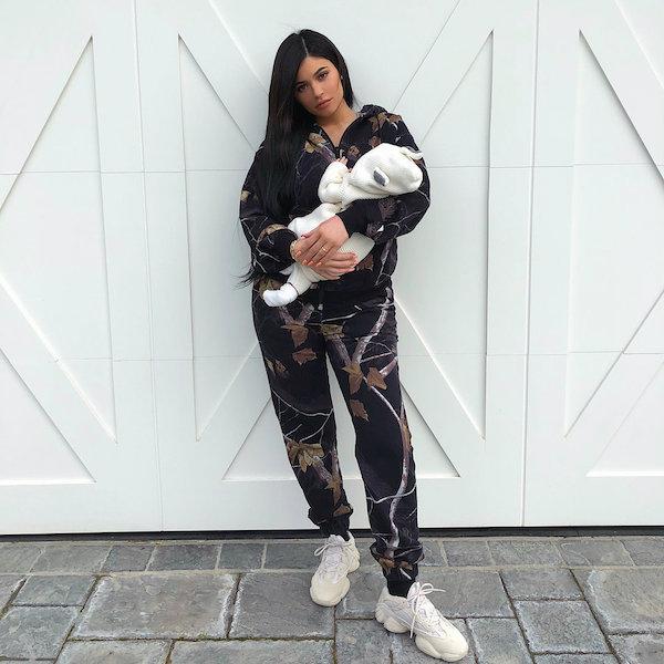 Kylie Jenner bị chỉ trích vì để móng tay dài khi bế con gái sơ sinh 0