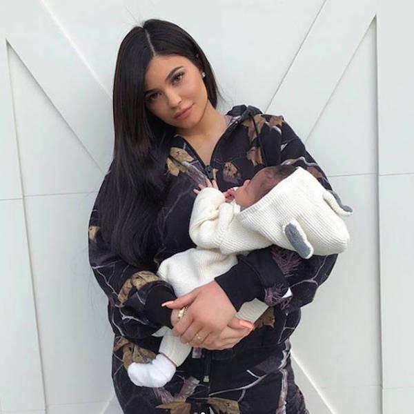 Kylie Jenner và con gái sơ sinh Stormi Webster.