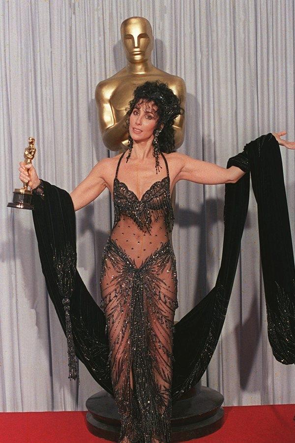 Tái xuất tại Oscar hai năm sau đó, Cher lại cho thấy gout thẩm mĩ của cô tiếp tục đi ngược lại số đôngvới1 bộ váy xuyên thấu hở hang 18+.