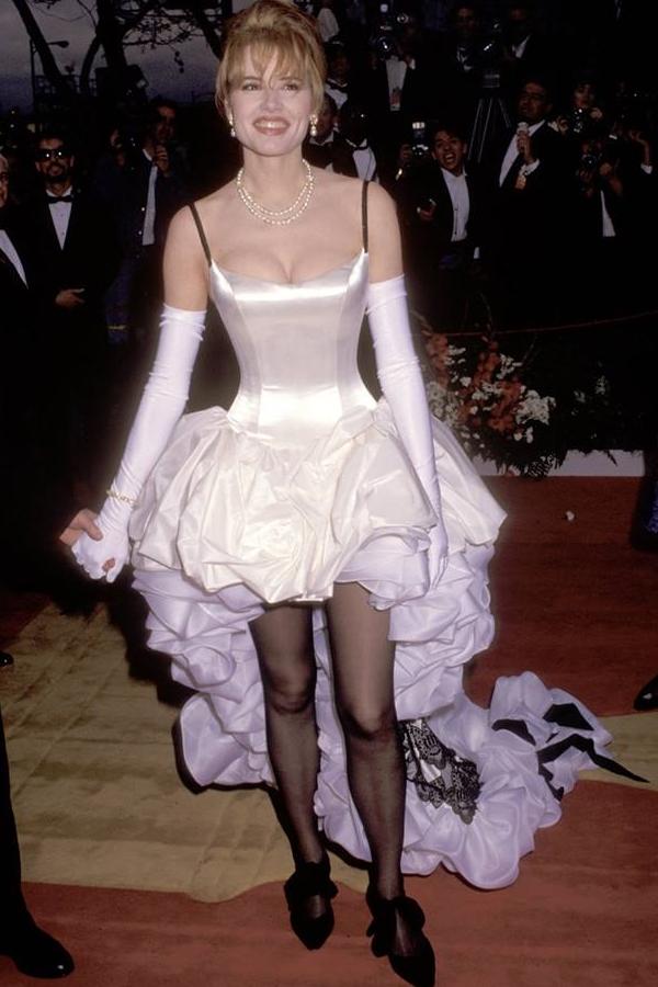Cô gái rạp xiếc thế hệ đầu Geena Davis và bộ đầm mullet bèo nhún tại Oscar 1992.