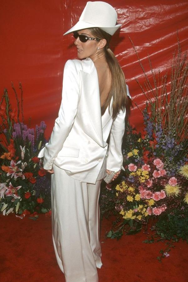 Vest mặc ngược? Celine Dion đổi mới với phong cách menswear tại Oscar 1999 nhưng có vẻ hơi fail rồi.