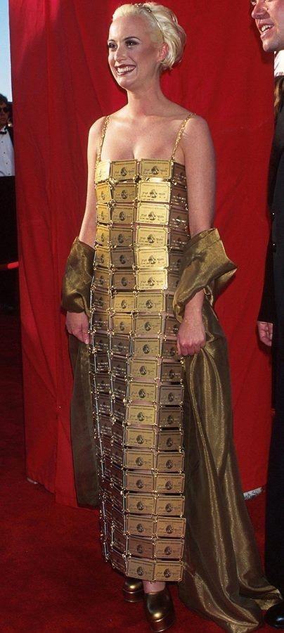 Và leader của team này không ai khác chính là Lizzy Gardiner (1995) với chiếc váy làm từ 254 thẻ vàng hết hạn của American Express.