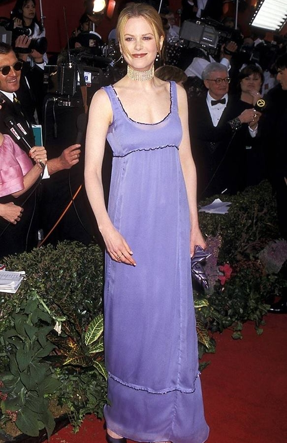 Nicole Kidman có lẽlà người tiên phong cho phong cách này khi lần đầu tiên diện chiếc váy màu tím trông chả khác gì váy ngủ đi dự Oscar 1996.