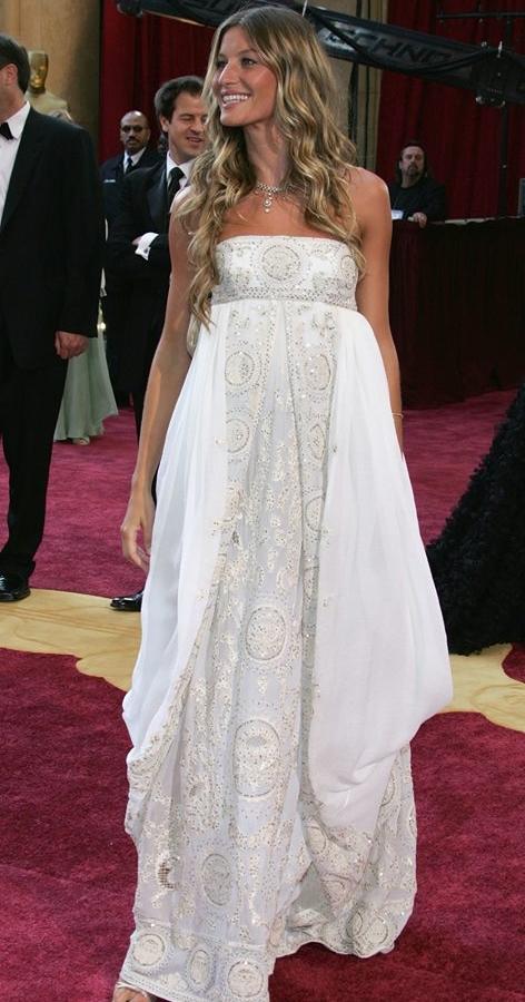 Noi gương đànchị nhưng có phần chỉn chu hơn, siêu mẫu Gisele Bundchen trông như nàng công chú mới ngủ dậy với chiếc váy rộng thùng thình tại Oscar 2005.