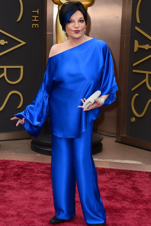 Còn cựu ngôi sao điện ảnh Liza Minnelli lại gây choáng với màn 'thả rông' vòng một trên thảm đỏ Oscar khi diện bộ cánh màu xanh của Liza với chất liệu lụa mềm mại, khiến cho bộ trang phục vừa trở nên phản cảm, vừa thể hiện độ 'kém sang' và thiếu tinh tế.