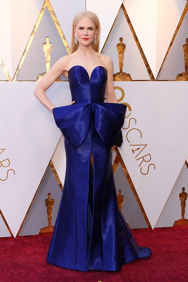 Lựa chọn táo bạo của Nicole Kidman đã giúp nữ minh tinh xứng đáng trở thành ngôi sao đẹp nhất lễ trao giải. Bộ váy Armani Privé màu xanh được cách điệu hình chiếc nơ khiến Nicole không trở nên nhàm chán mà ngược lại, nổi bật giữa rừng mỹ nhân.