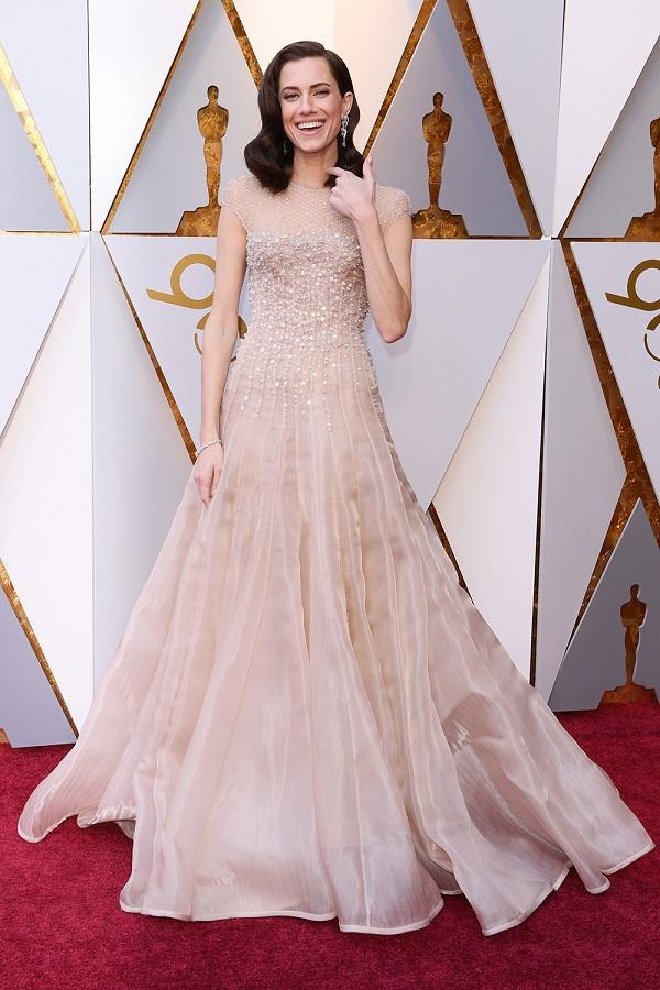 Nữ diễn viên Allison Williams chọn gam màu trung tính trong một bộ cánh nhẹ nhàng tựa như mơ.