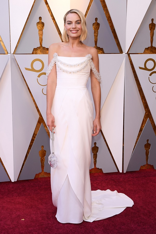 Sắc trắng giúp Margot Robbie - ứng cử viên Nữ chính xuất sắc nhất ghi điểm. Đặc biệt trước khi lễ trao giải bắt đầu, nữ diễn viên còn tự tay khâu lại váy khi gặp sự cố trong khán đài.