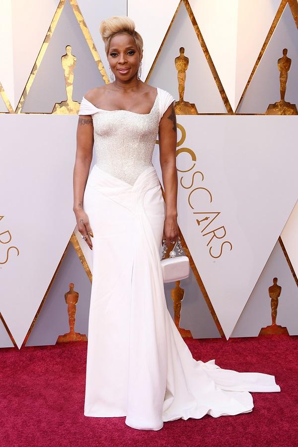 Mary J. Blige quyền lực và kiêu hãnh trong sắc trắng của Atelier Versace. Nữ diva dành được 2 đề cử của lễ trao giải.
