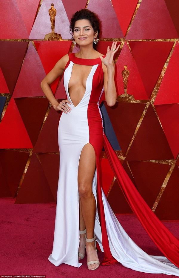 Gây sốc tại Quả cầu vàng vì không diện trang phục màu đen, Blanca Blanco lại một lần nữa thuộc top mặc xấu tại Oscar với bộ cánh thiếu vải.
