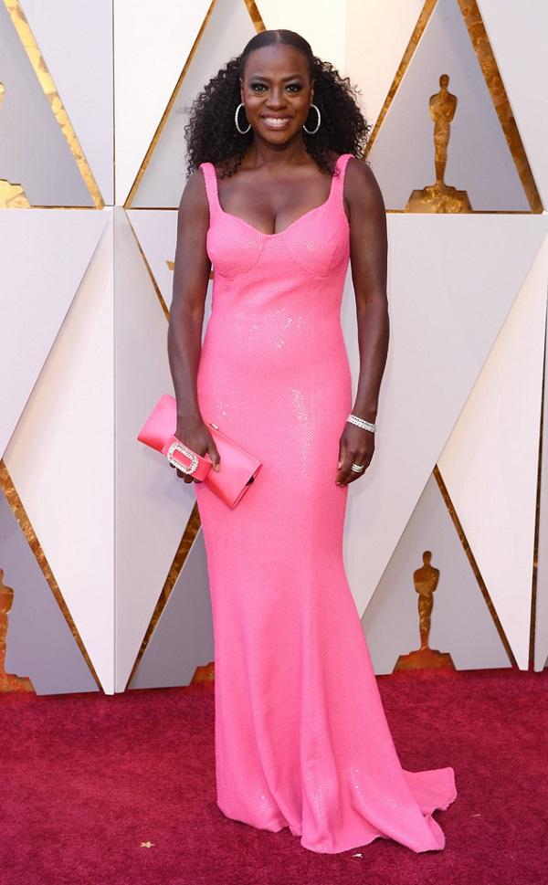 Muốn thay đổi phong cách, nhưng Viola Davis đã đi hơi xa bằng bộ cánh hồng chóe trên thảm đỏ năm nay.
