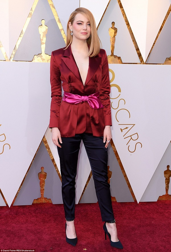 Emma Stone gây thất vọng khi lựa chọn một bộ suit quê mùa đến dự lễ trao giải. Hình ảnh cô đào với váy áo quyến rũ đâu mất rồi?