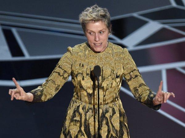 """Phát biểu khi lên sân khấu nhận giải, Frances McDormand nhấn mạnh sự công bằng trong việc tuyển vai ở ngành công nghiệp điện ảnh. Bà nhắc đến khái niệm """"inclusion rider"""" - nghĩa là một diễn viên có quyền đưa vào hợp đồng yêu cầu đoàn phim phải có sự đa dạng về sắc tộc và giới tính."""