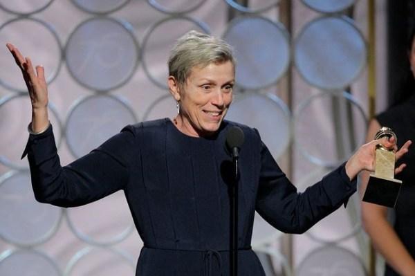 Frances McDormand không giấu nỗi vui mừng khi cầm trên tay tượng vàng.