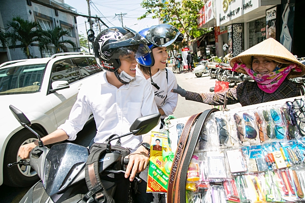 Quang Đăng - Thái Trinh 'đội nắng'đi tặng quà8/3 cho những phụ nữ khó khăn 4
