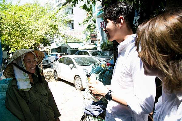 Quang Đăng - Thái Trinh 'đội nắng'đi tặng quà8/3 cho những phụ nữ khó khăn 2