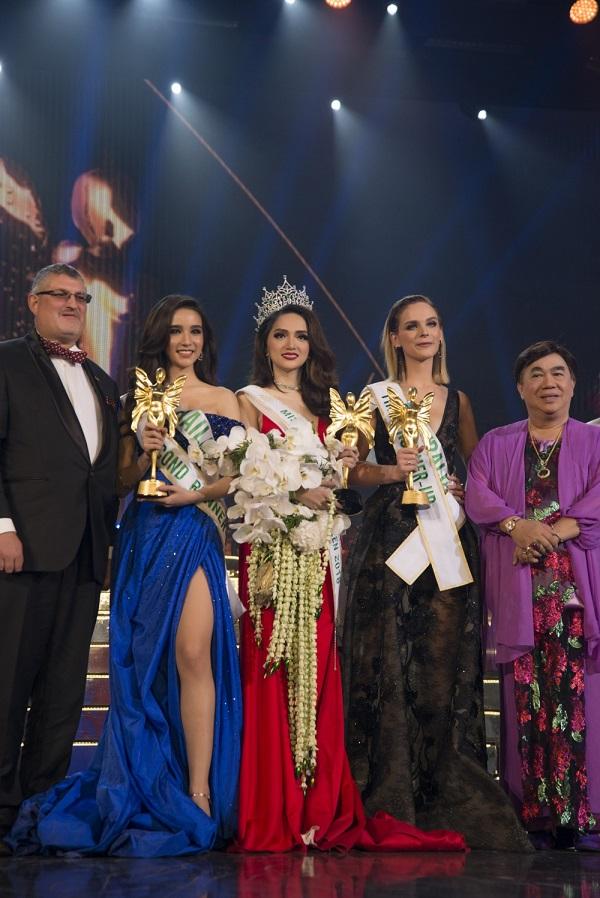 Thậm chí, người đẹp Việt Nam, người đẹp Australia và người đẹp Thái Lan còn được đánh giá là ngang tài ngang sức, vẹn toàn cả tri thức và sắc đẹp.
