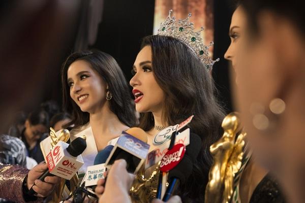 Hương Giang trả lời báo chí sau khi dành được ngôi vị cao nhất của cuộc thi Hoa hậu Chuyển giới Quốc tế 2018.
