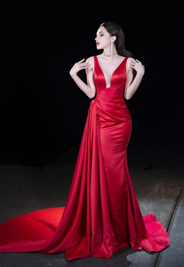 Bộ trang phục màu đỏ xẻ ngực sâu giúp Hương Gianglàm nên lịch sử trong cuộc thi Hoa hậu Chuyển giới Quốc tế 2018 của NTK Lê Thanh Hòa.