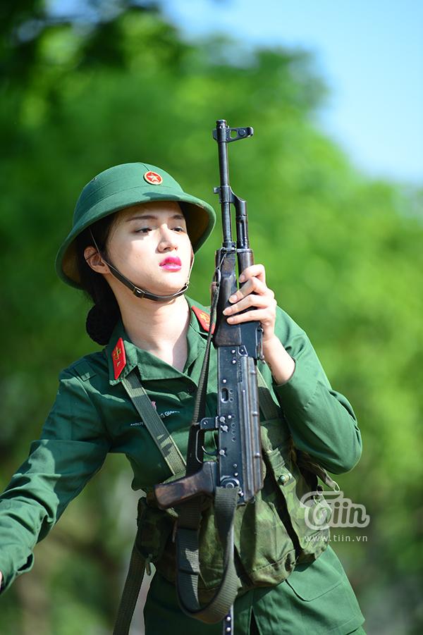 Đằng sau vẻ đẹp cực quyến rũ trên sân khấu thì Hương Giang cũng ghi điểm 10 cho bản thân khi diện quân phục của người lính.