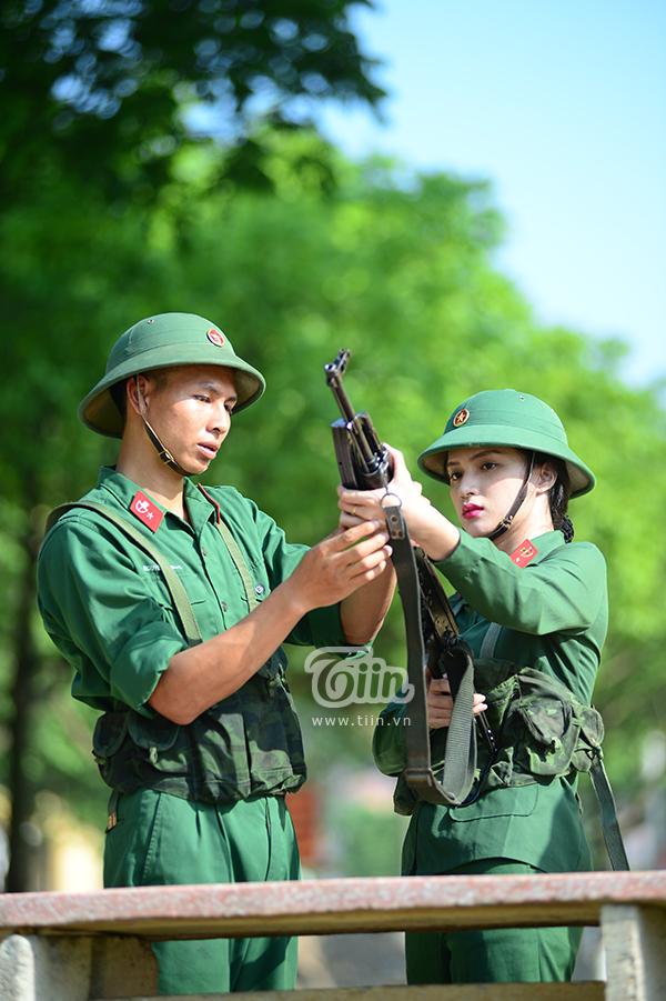 Rất chăm chú và lắng nghe hướng dẫn của chỉ huy về cách sử dụng súng.