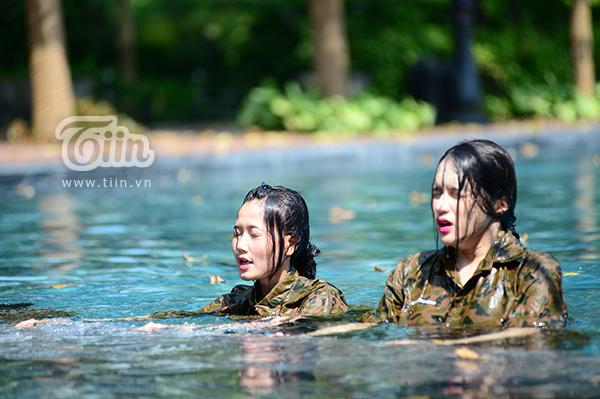 Hương Giang cùng Nhung Gumiho thực hiện thử thách của chương trình.