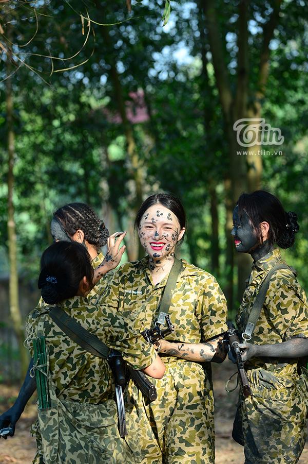 Hot-trend nhập ngũ: Cùng chiêm ngưỡng Hương Giang khoẻ khoắn trong bộ quân phục 8