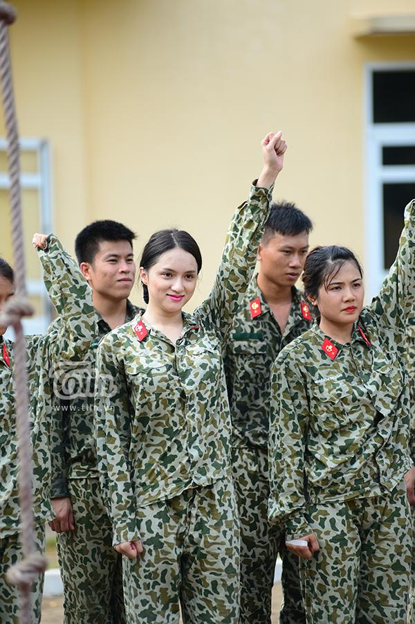 Hot-trend nhập ngũ: Cùng chiêm ngưỡng Hương Giang khoẻ khoắn trong bộ quân phục 14