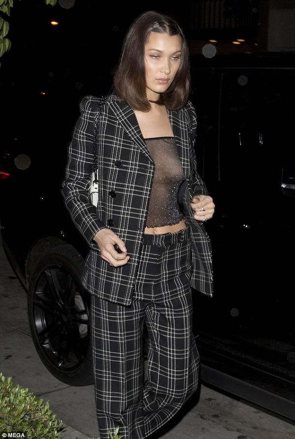 Bella Hadid 'lộ hàng' vì diện áo xuyên thấu hớ hênh 1