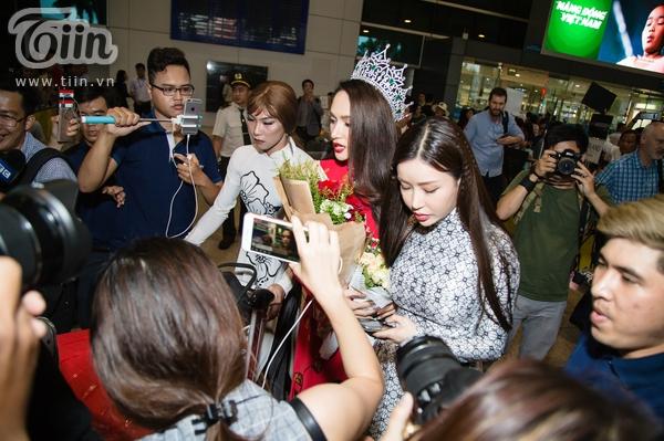 Rất đông phóng viên và người hâm mộ có mặt tại sân bay.