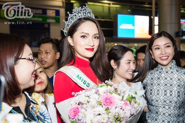 Hoa hậu lam Cúc cũng có mặt tại sân bay để chúc mừng Hương Giang trên cương vị mới.
