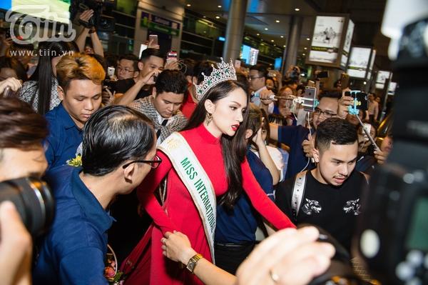 Hương Giang đội vương miện, diện áo dài đỏ nổi bật trong ngày trở về nước 6
