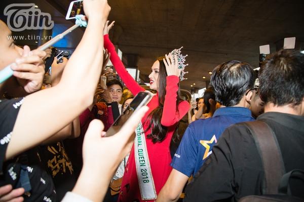 Sự xuất hiện của Hương Giang khiến không khí tại sân bay vô cùng náo nhiệt.
