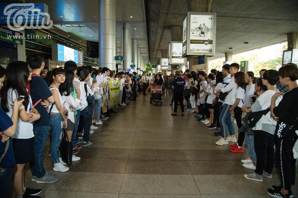 Hình ảnh trước lúc Hương Giang chưa xuất hiện, các fans ngay ngắn xếp hàng để chờ đợi.