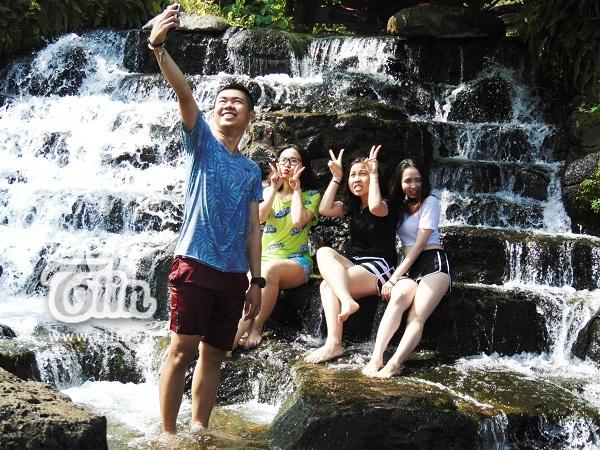 Dòng nước suối chảy từ trên núi cao xuống đổ vào hồ là nơi những bạn trẻ thường xuyên check-in mỗi khi đến đây.
