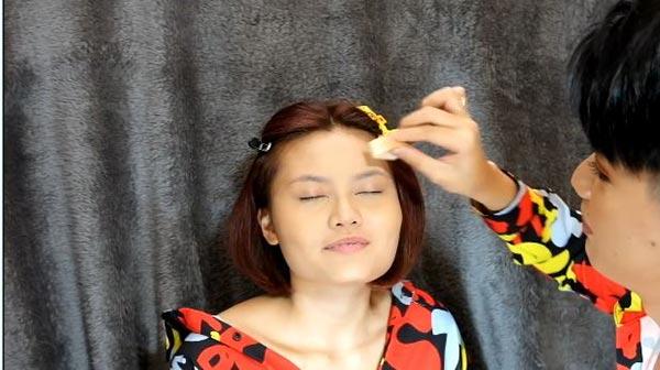 Đào Bá Lộc tỉ mỉ đánh phấn và tạo khối cho khuôn mặt của cô bạn.