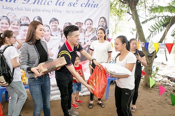 Phạm Hương, Tường Linh ân cần thăm hỏi người dân bãi giữa sông Hồng 4