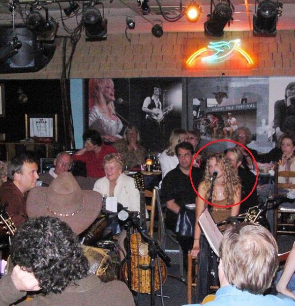 Taylor Swift những ngày đầu hát tại Bluebird Cafe.
