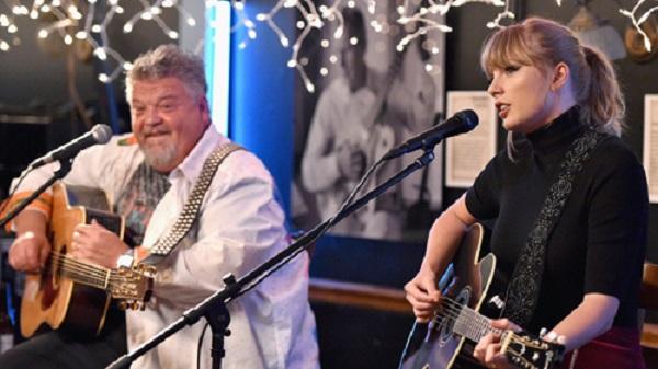 Taylor Swift và nhạc sĩ Craig Wiseman cùng chơi đàn guitar.